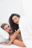 Paar in de handeling in bed wordt gevangen dat Royalty-vrije Stock Afbeeldingen