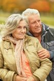 Paar in de herfstpark Stock Foto's