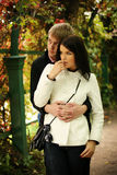 Paar in de herfsttuin Stock Foto's