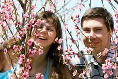 Paar in de lentetuin Stock Afbeelding