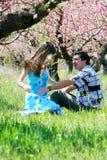 Paar in de lentetuin Royalty-vrije Stock Afbeelding