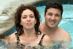 Paar in de pool stock foto's