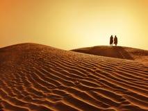 Paar in de Sahara woestijn Royalty-vrije Stock Foto's
