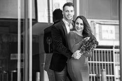 Paar in de stad Stock Foto's