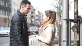 Paar in de stad met smartphones die conflict hebben stock video