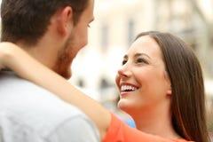 Paar in de straat die in liefde vallen royalty-vrije stock fotografie