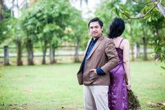 Paar in de tuin Royalty-vrije Stock Afbeeldingen