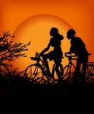 Paar in de zonsondergang Royalty-vrije Stock Foto's