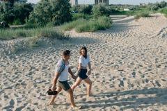 Paar in der guten Laune geht auf Sand Lizenzfreie Stockbilder