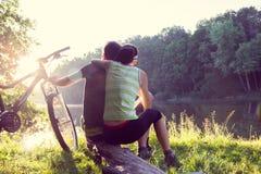 Paar dichtbij de rivier met fiets stock afbeelding