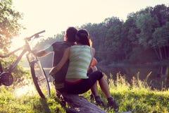 Paar dichtbij de rivier met fiets royalty-vrije stock fotografie