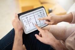 Paar die aan digitale tablet kijken royalty-vrije stock foto's