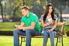 Paar die aan elkaar in een park spreken niet Stock Fotografie