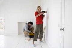 Paar die aan Hun Nieuw Huis werken royalty-vrije stock fotografie