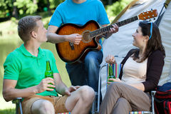 Paar die aan mens het spelen gitaar luisteren Stock Foto's