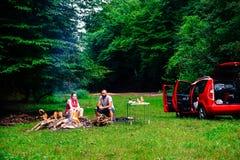 Paar die in aard kamperen Stock Foto's