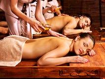 Paar die Ayurvedic spa behandeling hebben. Stock Fotografie
