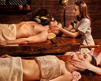 Paar die Ayurvedic spa behandeling hebben Royalty-vrije Stock Afbeeldingen