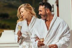 Paar die badjassen in balkon dragen stock afbeelding