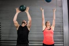 Paar die bal in de lucht werpen Stock Afbeelding