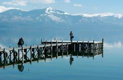 Paar die beelden op Meer Prespa nemen Stock Fotografie