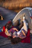 Paar die bij de dokken kamperen royalty-vrije stock afbeeldingen