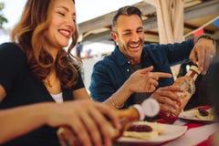 Paar die bij een restaurant dineren stock afbeeldingen