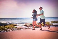 Paar die bij het strand lopen Royalty-vrije Stock Foto