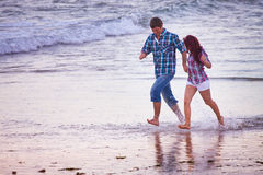 Paar die bij het strand lopen Stock Afbeelding