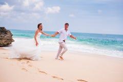 Paar die bij het strand lopen Royalty-vrije Stock Afbeelding
