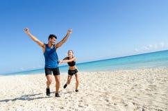 Paar die bij het strand lopen Stock Foto