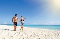 Paar die bij het strand lopen Royalty-vrije Stock Afbeeldingen