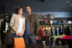 Paar die bij klerenopslag winkelen royalty-vrije stock afbeelding