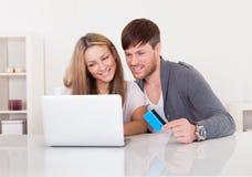 Paar die bij online opslag winkelen Stock Afbeelding