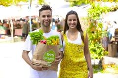 Paar die bij open straatmarkt winkelen. Royalty-vrije Stock Foto's