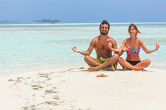 Paar die bij Tropisch Paradijsstrand mediteren San Blas Caribbean Royalty-vrije Stock Foto's