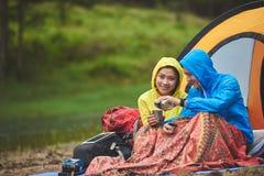 Paar die in bos kamperen stock foto's