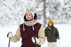 Paar die in Bos ski?en royalty-vrije stock afbeeldingen