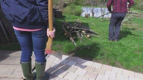 Paar die in brandhout werken stock footage