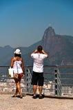 Paar die Christus fotograferen de Verlosser in Rio de Janeiro, Brazilië Royalty-vrije Stock Foto