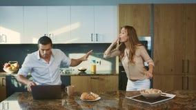 Paar die conflict hebben bij privé keuken Gefrustreerde mens die aan vrouw schreeuwen stock video