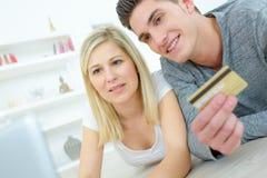 Paar die creditcard gebruiken om online aankopen te maken royalty-vrije stock foto