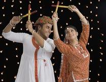 Paar die Dandiya-Raas op Navratri uitvoeren Royalty-vrije Stock Afbeeldingen
