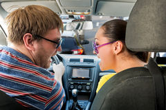Paar die in de auto gillen Stock Afbeelding