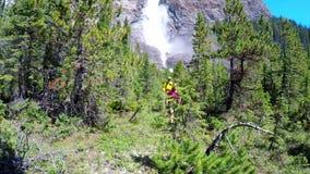 Paar die in de berg 4k wandelen stock videobeelden