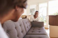 Paar die de Bewegende Dag van Sofa Into New Home On dragen stock afbeelding