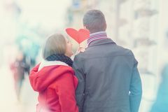 Paar die de Dag van Valentine vieren ` s Het teken van het holdingshart ter beschikking royalty-vrije stock afbeeldingen