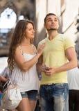 Paar die de kaart gebruiken bij smartphone Royalty-vrije Stock Fotografie