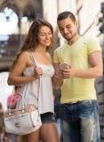 Paar die de kaart gebruiken bij smartphone Stock Foto