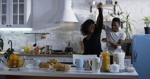 Paar die in de keuken dansen stock fotografie